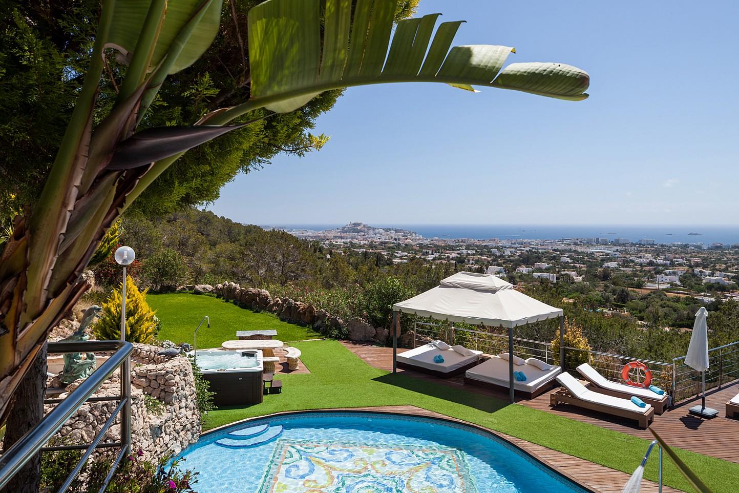Vistes del jardí amb llits exteriors i unes vistes esplèndides al mar