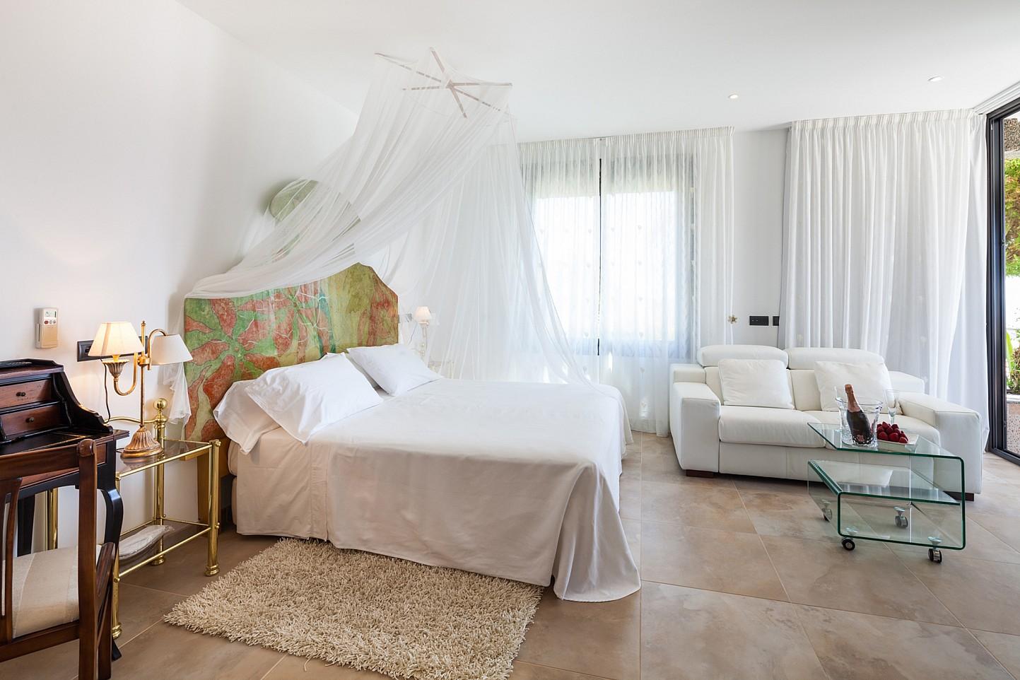 Dormitorio amplio con mucha luz natural