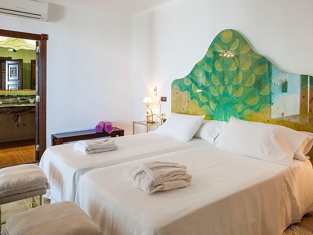Dormitorio con doble cama