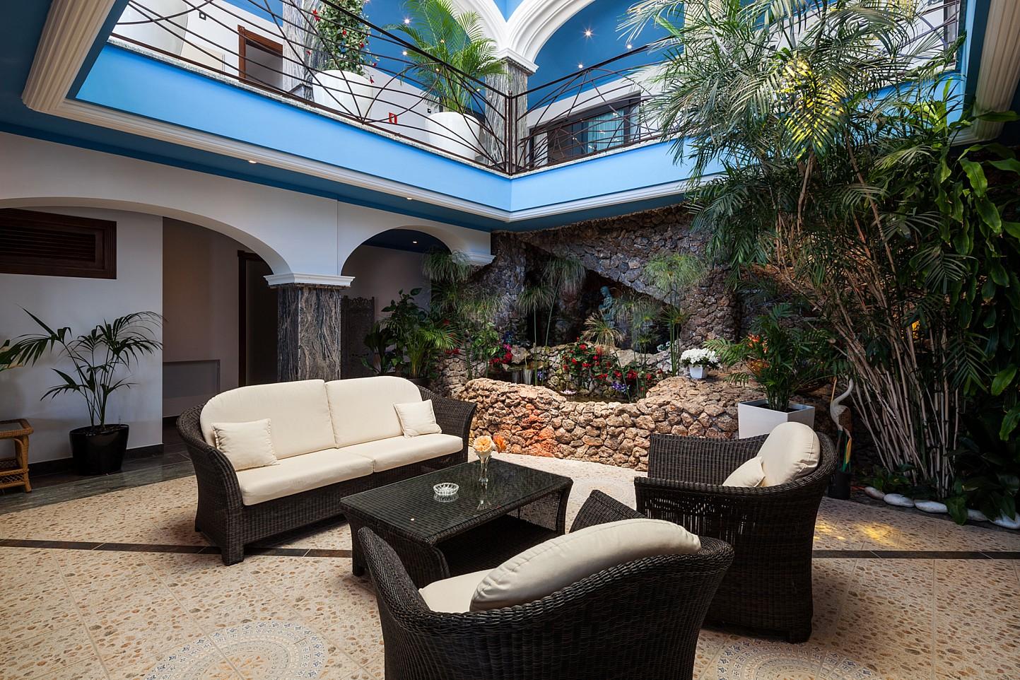 Sala d'estar interior al costat de l'estanc