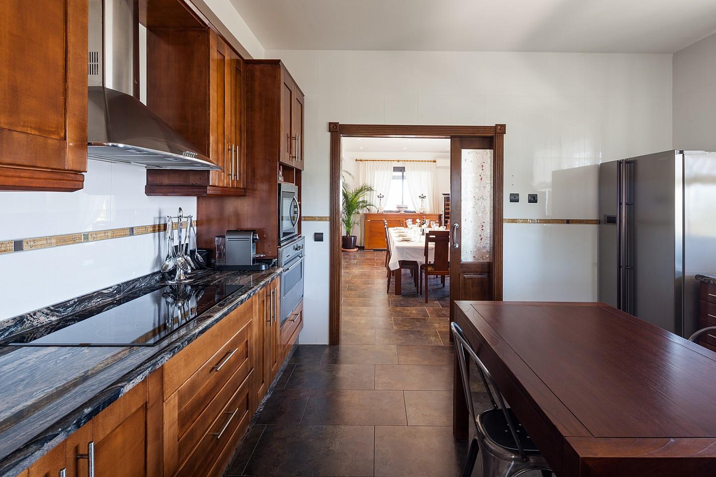 Vistes interiors de la cuina amb accés al menjador