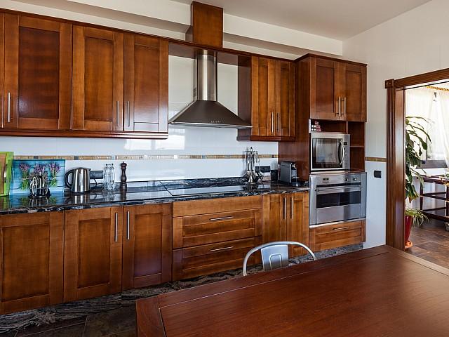 Gran cocina amplia, moderna, completamente equipada