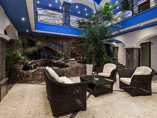 Sala de estar interior junto al estanque