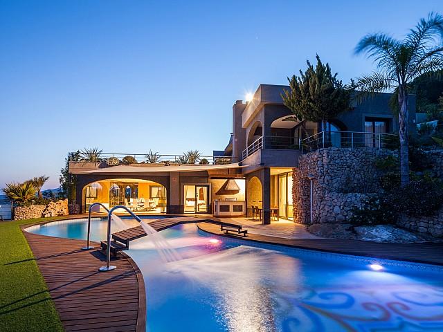 Fantásticas vistas de la piscina con iluminación nocturna