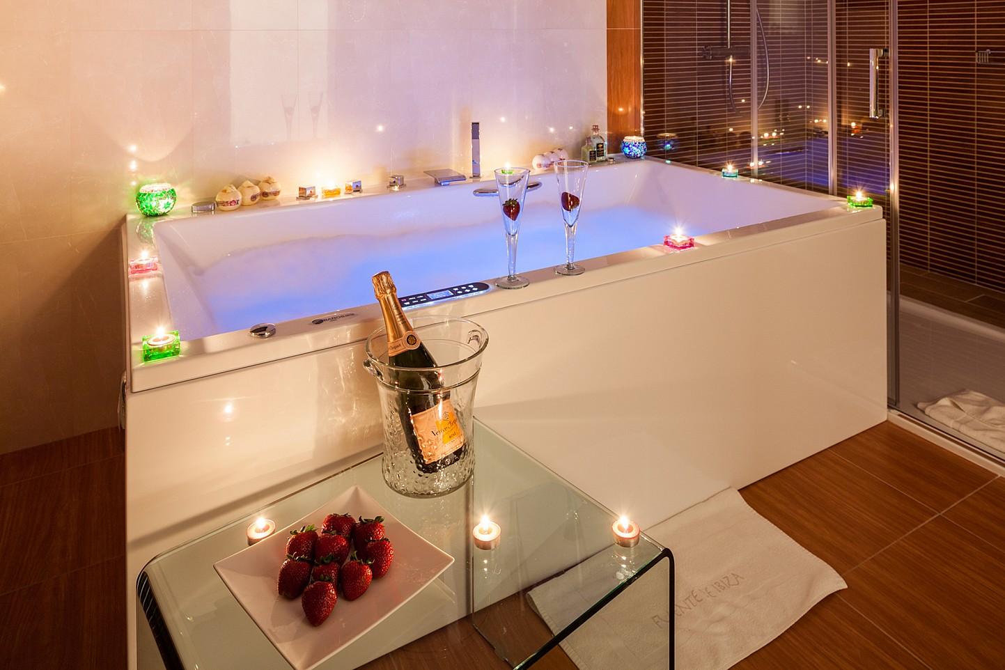 Bañera con una bonita iluminación