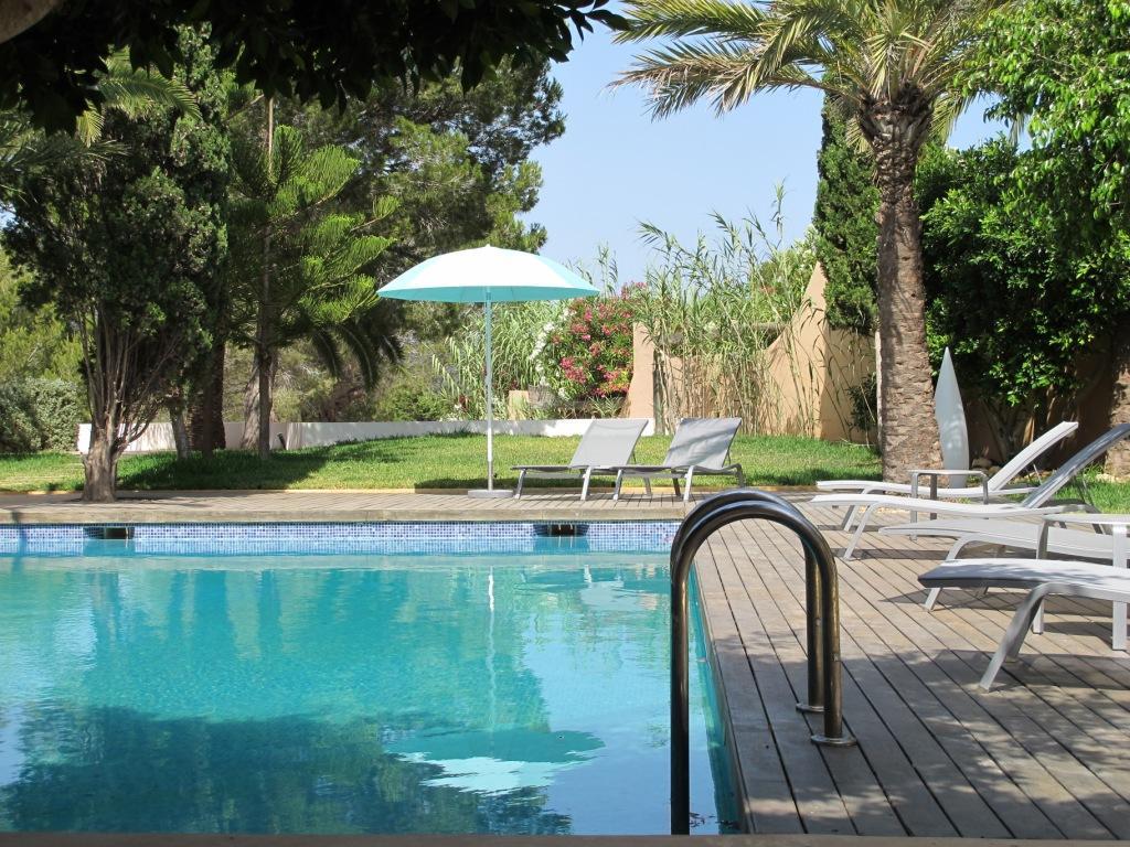 Gran piscina rodejada d'hamaques
