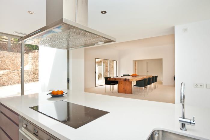 Vistas interiores de la cocina y del comedor