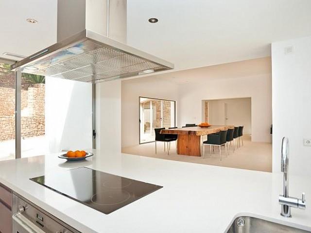 Vistes interiors de la cuina i del menjador