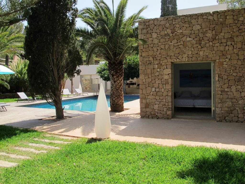 Exteriores de la casa con la fantástica piscina en el jardín