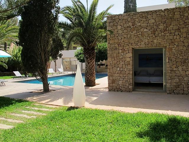 Exteriors de la casa amb la gran piscina al jardí
