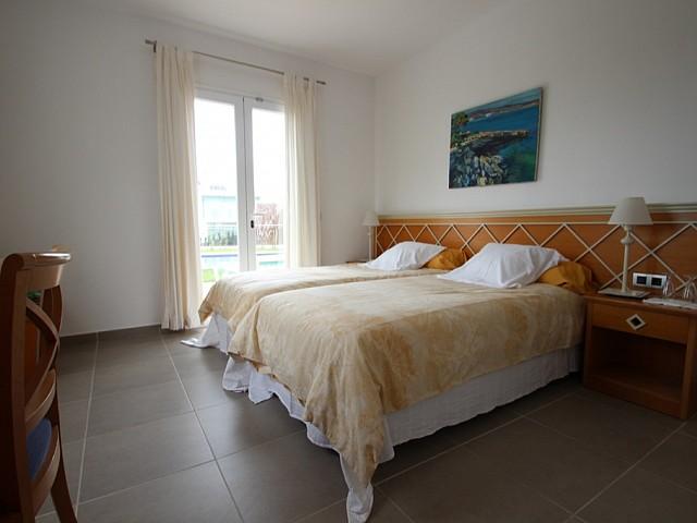Dormitorio 1 con doble cama y acceso al exterior