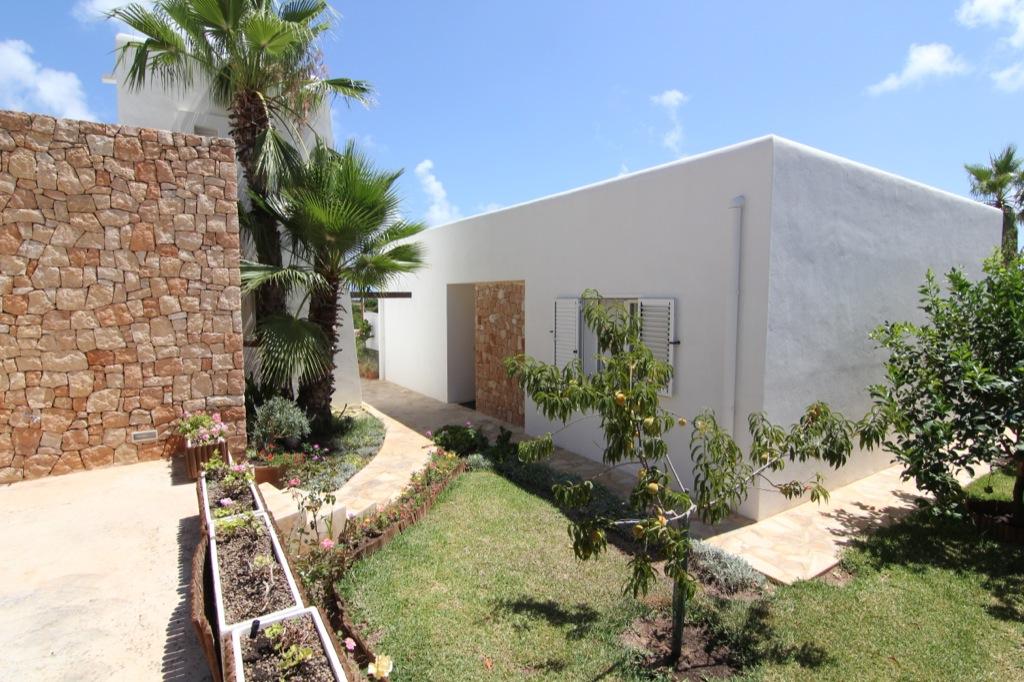 Живописный сад виллы в аренду в Кап Мартинет