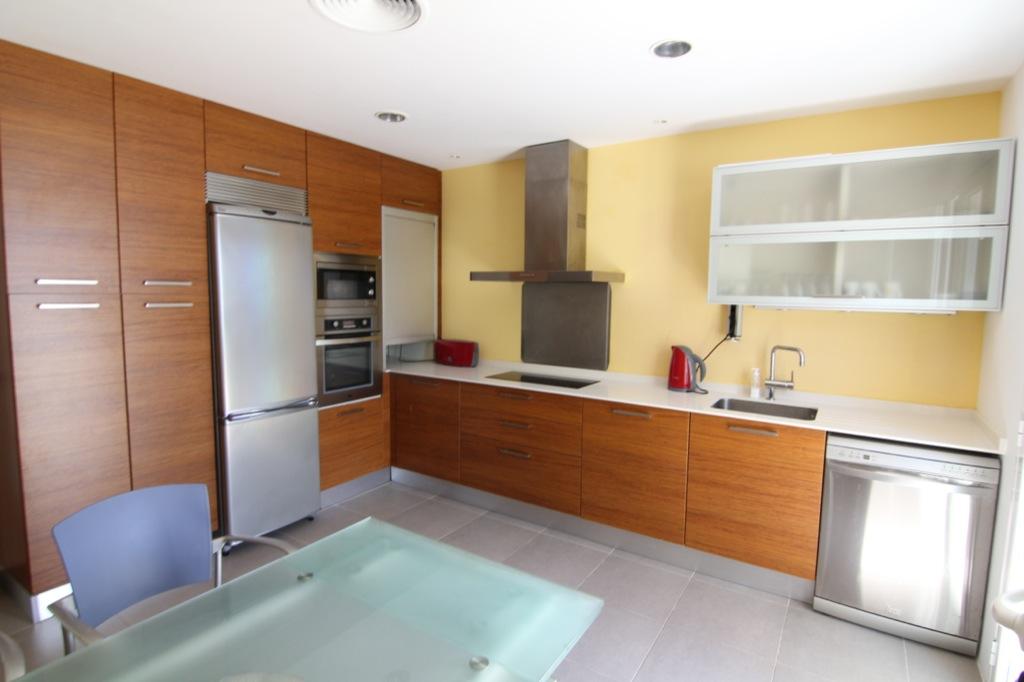 Cocina amplia, moderna, completamente equipada