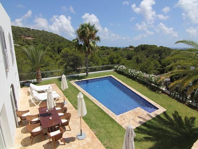 Magnífica piscina al jardí