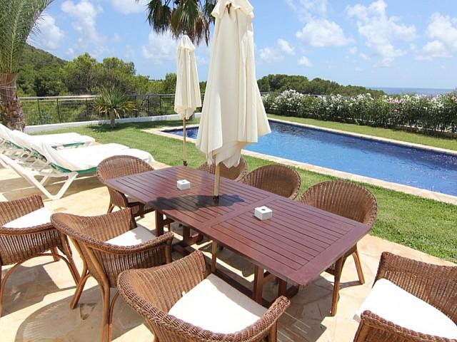 Terrassa exterior al costat de la piscina