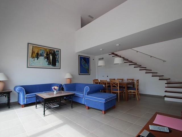 Salón amplio con acceso al piso superior