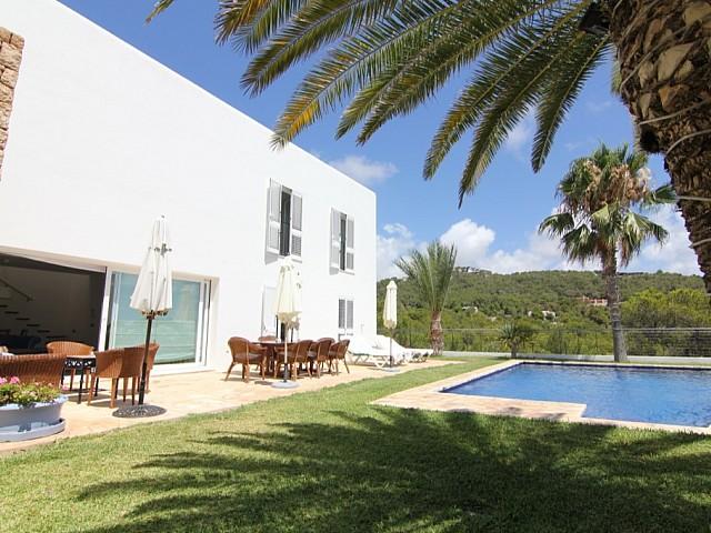Exteriores de la villa con la terraza y la fabulosa piscina