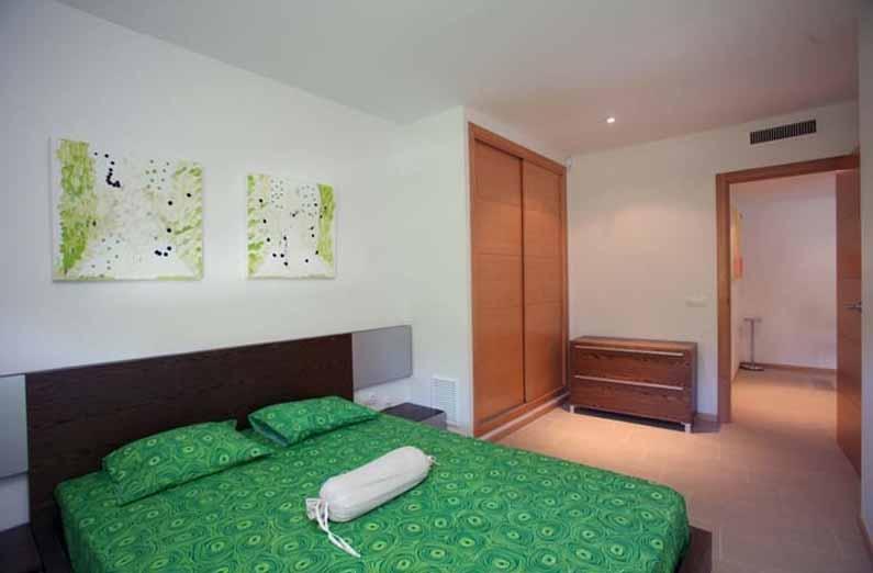 Dormitori espaiós amb armaris encastellats