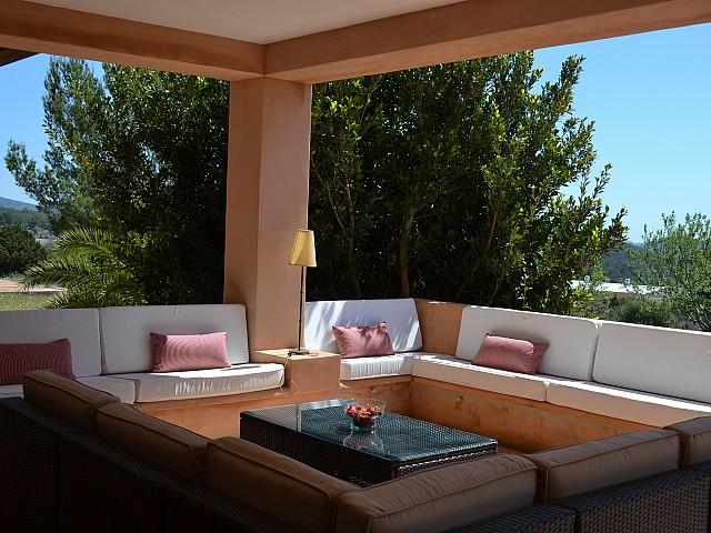 Zona de relaxament exterior àmplia i solejada