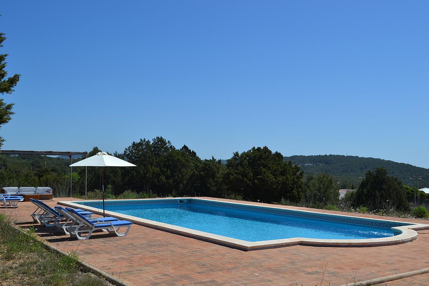 Magnífica piscina con hamacas