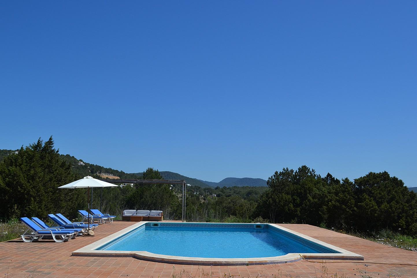 Vistas exteriores de la piscina y las hamacas