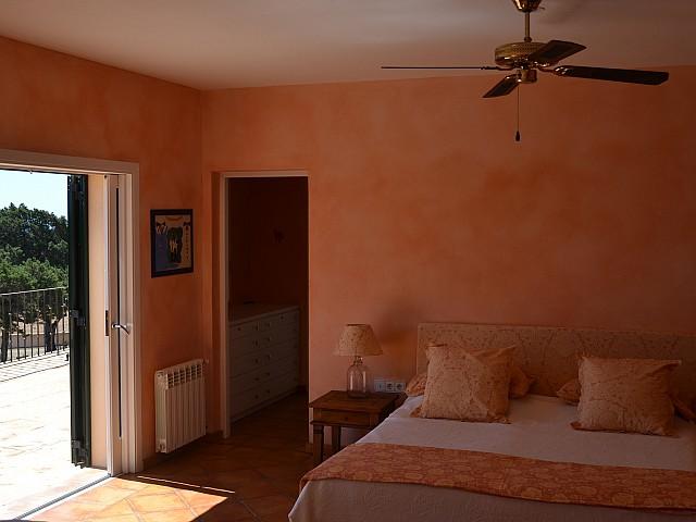 Dormitorio espacioso y soleado, con acceso al exterior