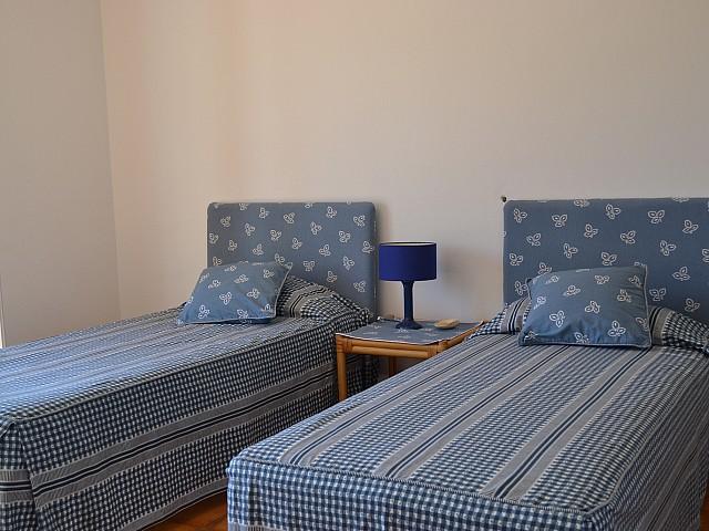Dormitorio amplio con dos camas