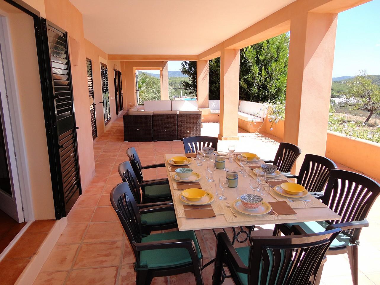 Vistas del comedor de verano y la zona de relax en el porche