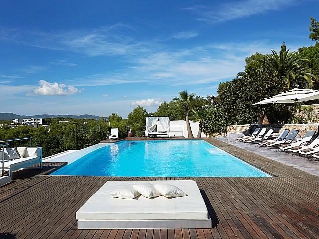 Magnífica piscina rodeada de hamacas