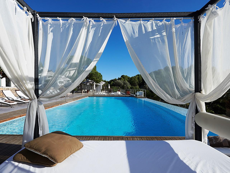 Vistas a la piscina desde la cama exterior
