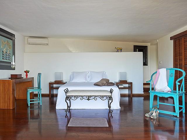 Bonito dormitorio con cama de matrimonio