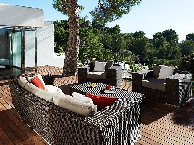 Estupenda zona de relax exterior que conecta con una de las habitaciones