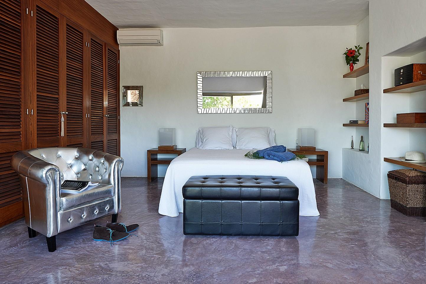 Светлая спальня виллы в аренду на Ибице