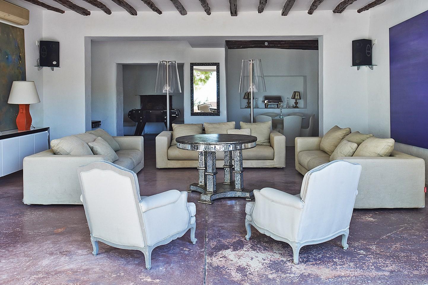 Шикарная гостиная виллы в аренду на Ибице