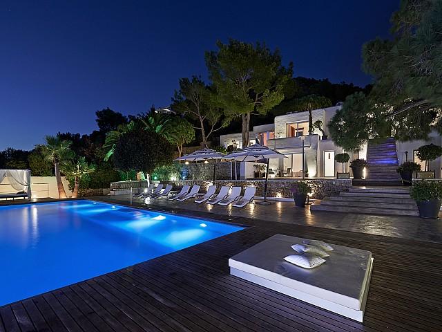 Bona il.luminació noctura de la casa i la piscina