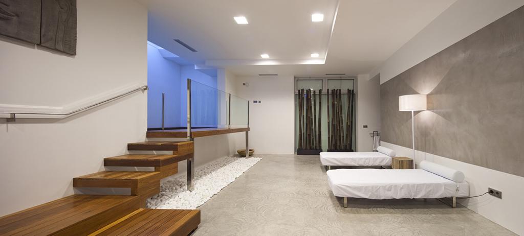 Vistes interiors d'un dormitori amb llit doble