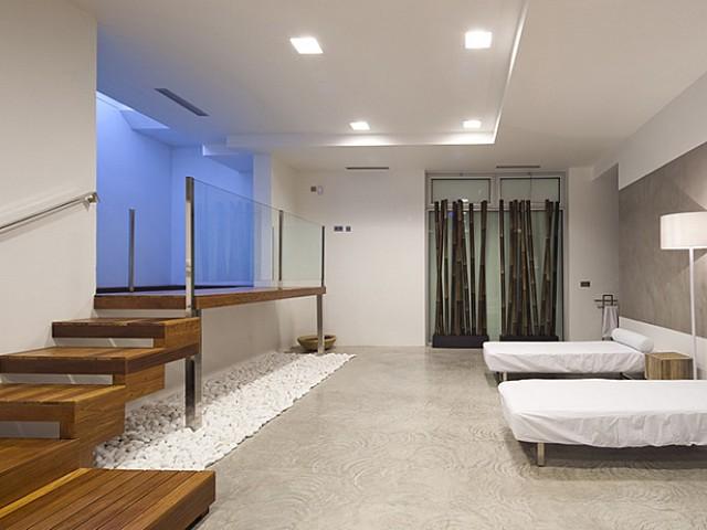 Vistas interiores de un dormitorio con cama doble