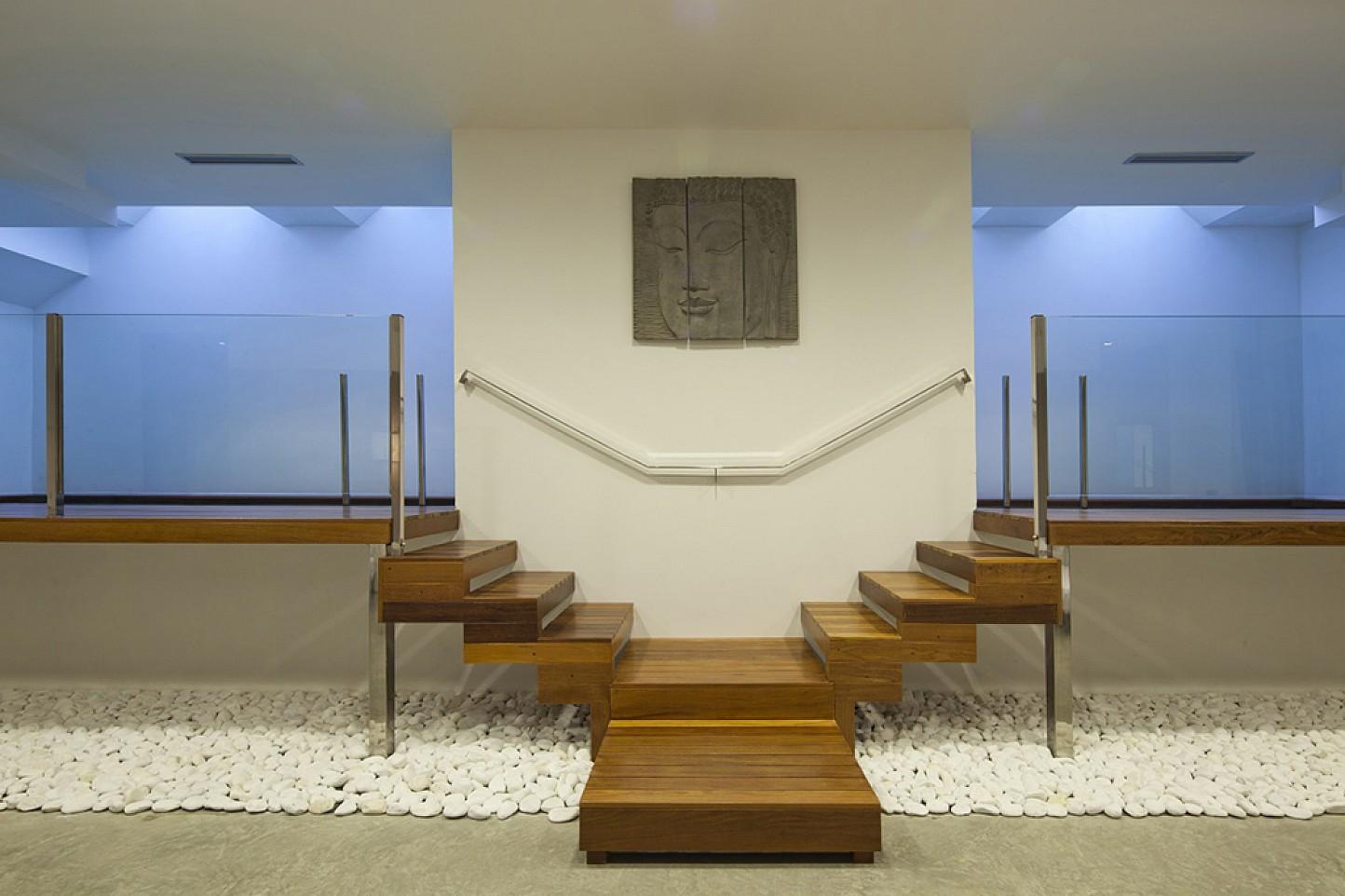 Vistas interiores de la casa con el acceso a la piscina interior