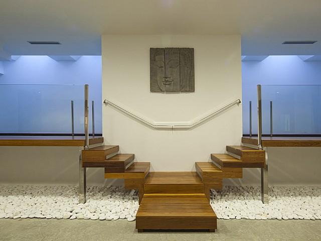 Vistes interiors de la casa amb l'accés a la piscina interior