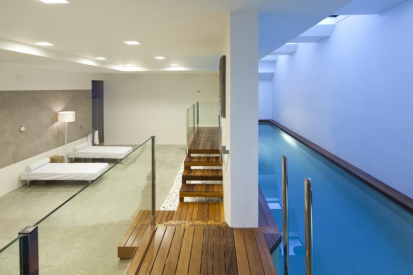 Vistas interiores del dormitorio con acceso a la piscina interior