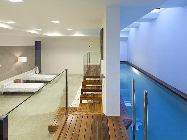 Vistes interiors del dormitori amb accés a la piscina exterior
