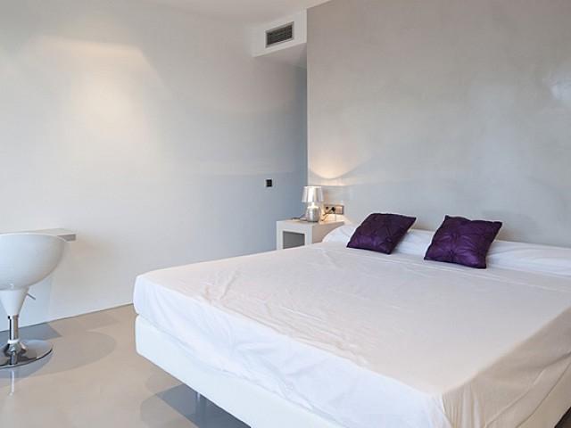Dormitorio con TV de pantalla plana