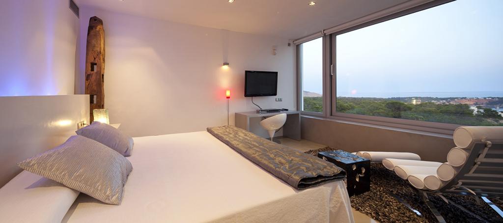 Dormitorio con cama de matrimonio y buenas vistas al exterior