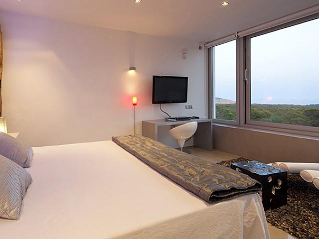 Dormitori amb llit de matrimoni i bones vistes a l'exterior
