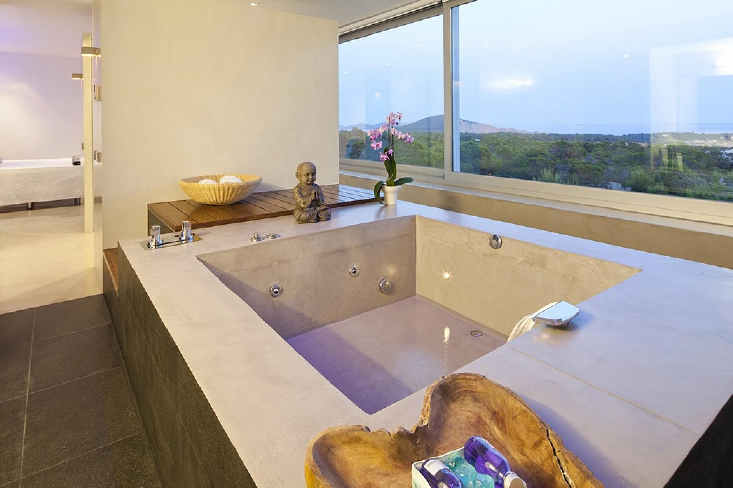 Fantástica bañera con vistas al exterior