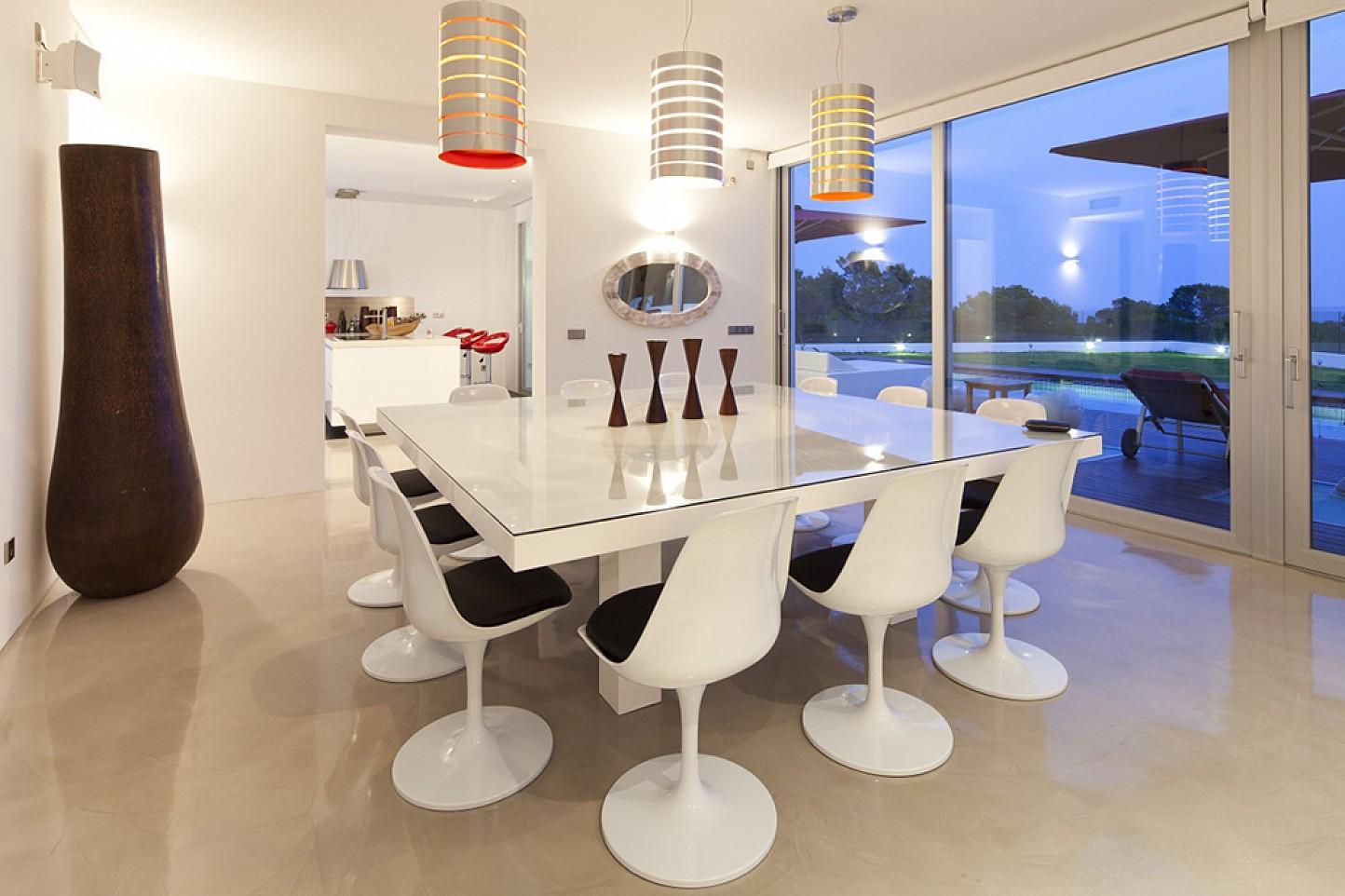 Menjador interior ampli, lluminós, amb accés a la terrassa