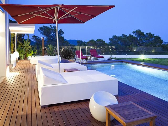 Llits exteriors al costat de la piscina