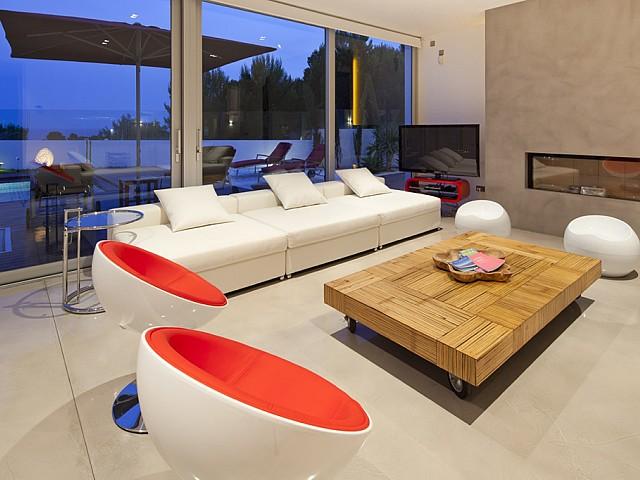 Salón amplio con ventanales que lo conectan con la terraza