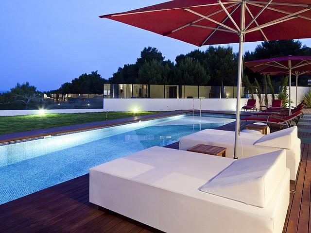 Camas exteriores junto a la piscina