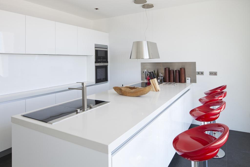 Современная кухня виллы в аренду в Vista Alegre
